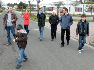 Susann Guber in Begleitung von Unterstützern eines Jugendtreffs im Birkengewann.