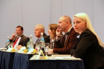 Redakteurin Katrin Diel und ihr Kollege Holger Klemm, die durch den Abend führten, umrahmt zur Linken von Herbert Hunkel und Christian Beck, sowie zur Rechten von Susann Guber.