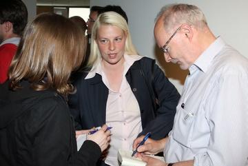 Susann Guber kommentiert den Wahlausgang gegenüber Vertretern der Presse.