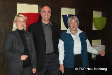 Im Bild zu sehen, von links nach rechts: Susann Guber (Spitzenkandidatin der FDP Neu-Isenburg), Thomas Russ (Vorsitzender der FDP Neu-Isenburg), Mechthild Voigt (Listenplatz 1, OV Gravenbruch).