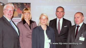 Im Bild v. l. n . r. : Minister Jörg-Uwe Hahn, Marion Weigand, Susann Guber, Hans-Jürgen Huber und René Rock