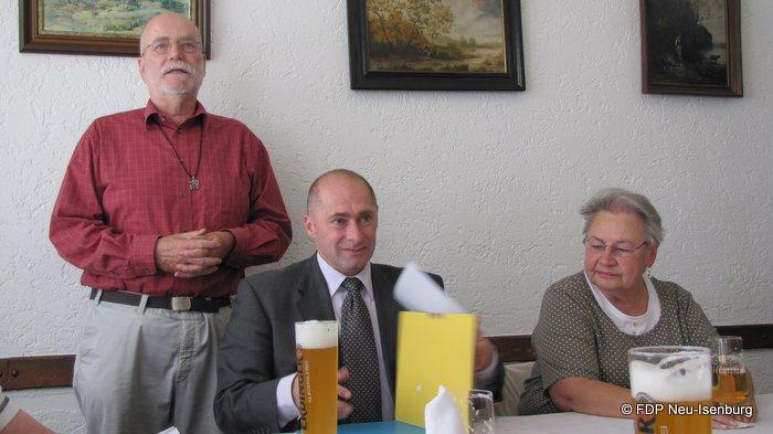 v.l.n.r.: Gerhard Gräber bei der Begrüßung, René Rock und Edith Reitz.