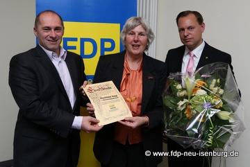 Mechthild Voigt (Ortsbeirätin Gravenbruch), flankiert von René Rock (links, MdL) und Thilo Seipel (rechts, st. Ortsvors.), der im Zuge der Veranstaltung die Ehrenurkunde für ihr langjähriges, politisches Wirken durch Patrick Döring überreicht wurde.
