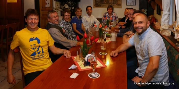 Zusammenkunft des FDP Ortsverbandes am späten Wahlabend im Naturfreundehaus.