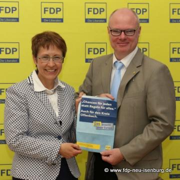 Dagmar Weiner, neue Europabeauftragte der Kreis-FDP und ihr Vorgänger, Richard Krüger.