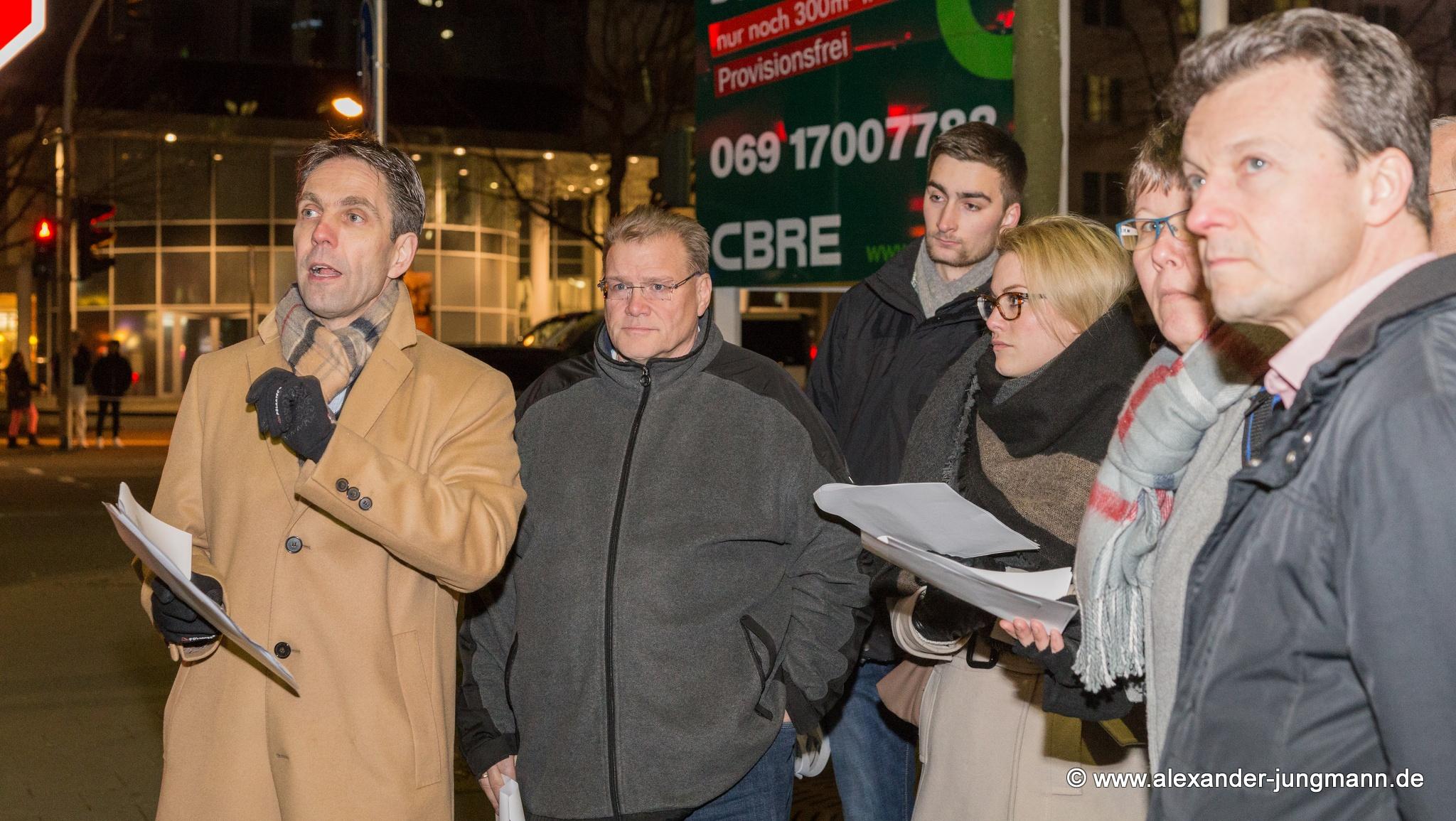 Andreas Frache (ganz links im Bild) erläutert den aktuellen Planungsstand der Kreuzung am Stadttor.
