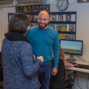 Alexander Jungmann, Fraktionsgeschäftsführer und Webmaster der FDP Neu-Isenburg, im Gespräch mit einer Mitarbeiterin des Infocafés.
