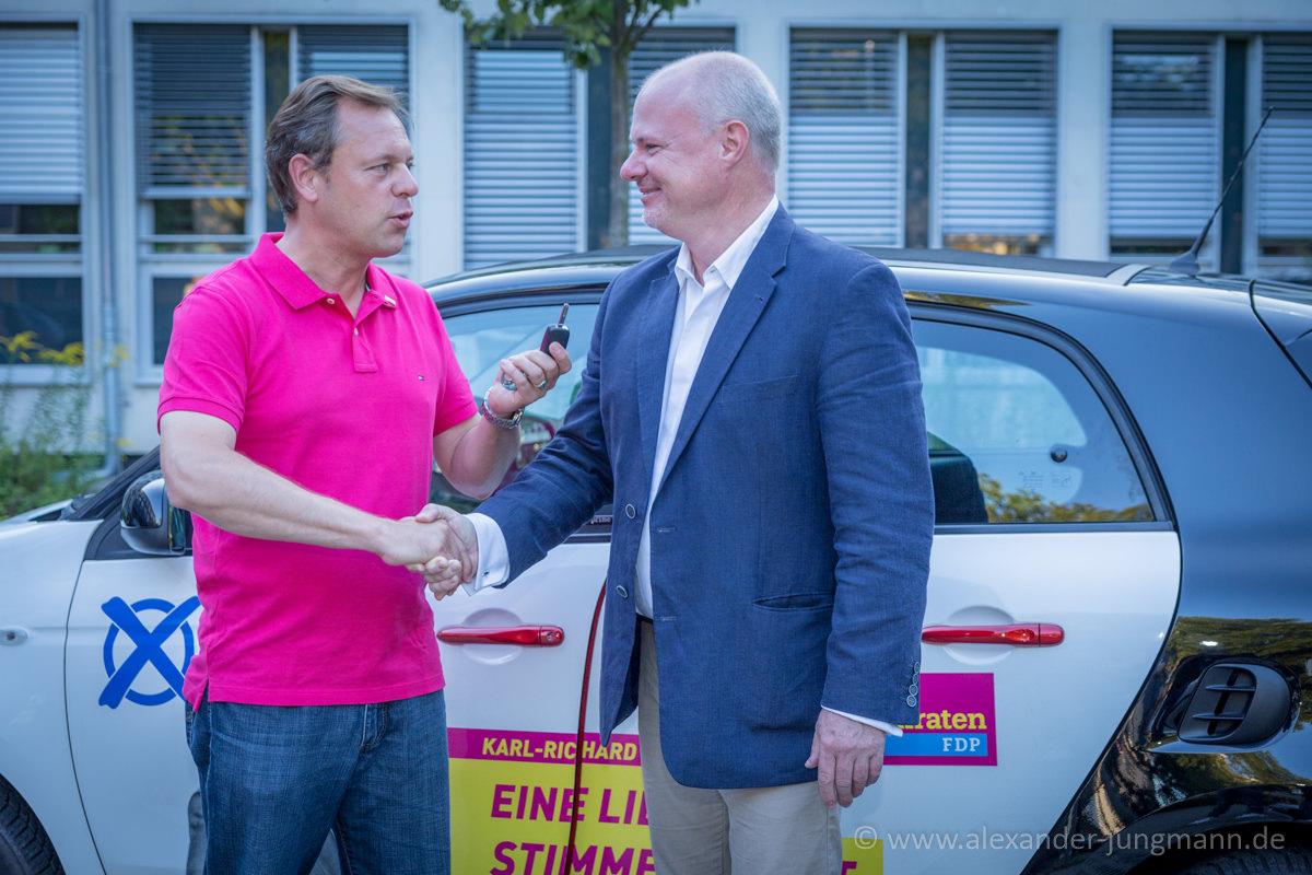 Thilo Seipel, Fraktionsvorsitzender der FDP Neu-Isenburg, übergibt an Karl-Richard Krüger, Bundestagskandidat der FDP im Wahlkreis 185, das brandneue Wahlkampfmobil.