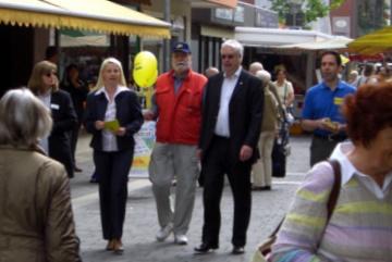 """Jörg-Uwe Hahn mit Susann Guber und v.l.n.r. Helga und Gerhard H. Gräber sowie Andreas Frache als """"Bodyguards""""."""