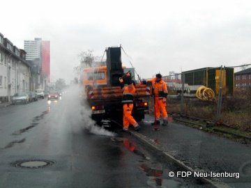 Mitarbeiter des DLB bei der Beseitigung von Schlaglöchern auf der Carl-Ulrich-Straße.