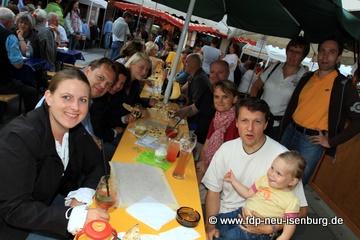 Gesellige Runde beim Weinfest in Neu-Isenburg.