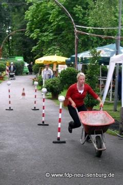 Susann Guber in Aktion beim Schubkarrenrennen.