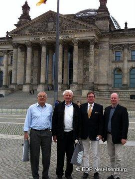 Kreis FDP Delegation vor dem Deutschen Bundestag.