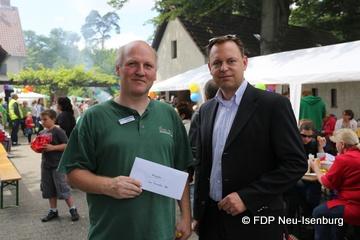 Karsten D'Oro (Inh. Allcomputer) und Thilo Seipel (stellv. Ortsvorsitzender) beim Überreichen der FDP-Spende.