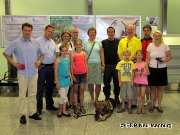 Besuchergruppe der FDP Neu-Isenburg beim Zoll am Frankfurter Flughafen.