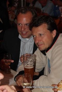 Liberale Weinschmecker beim gemütlichen Beisammensein (v.l.n.r.: Thilo Seipel, stellv. Ortsvorsitzender und Jörg Müller, Ortsvorsitzender).