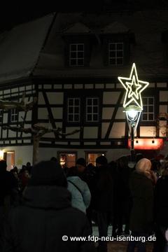 Straßenlaterne und Weihnachtsbeleuchtung auf dem Marktplatz in der Altstadt.