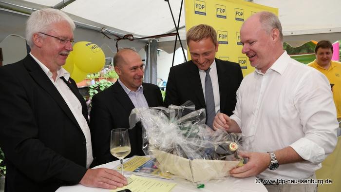 Geschenkübergabe an Christian Lindner (v.l.n.r.: Jörg-Uwe Hahn, René Rock, Christian Lindner und Richard Krüger).