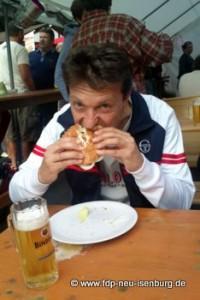 Jörg Müller (Ortsvorsitzender) beim herzhaften Biss in den leckersten Hamburger der ganzen Stadt.