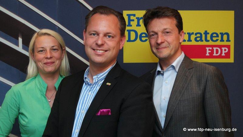 Thilo Seipel, Bürgermeisterkandidat, umrahmt von Susann Guber, Fraktionschefin und Jörg Müller, Ortsvorsitzender der FDP Neu-Isenburg.