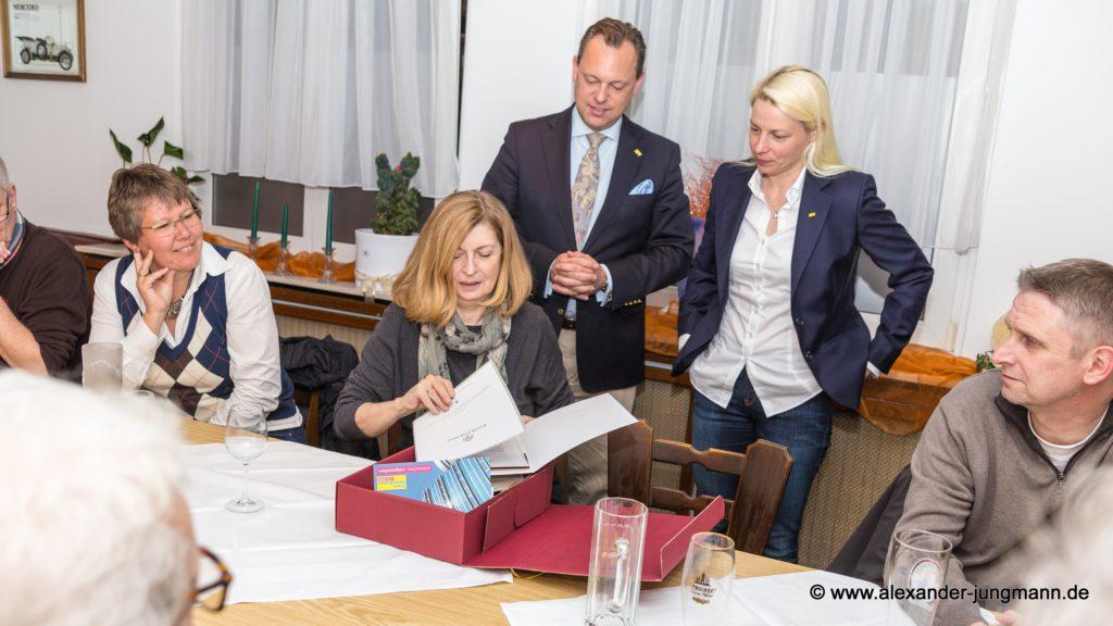 Bildmitte von links: Helga Gräber, Thilo Seipel und Susann Guber.