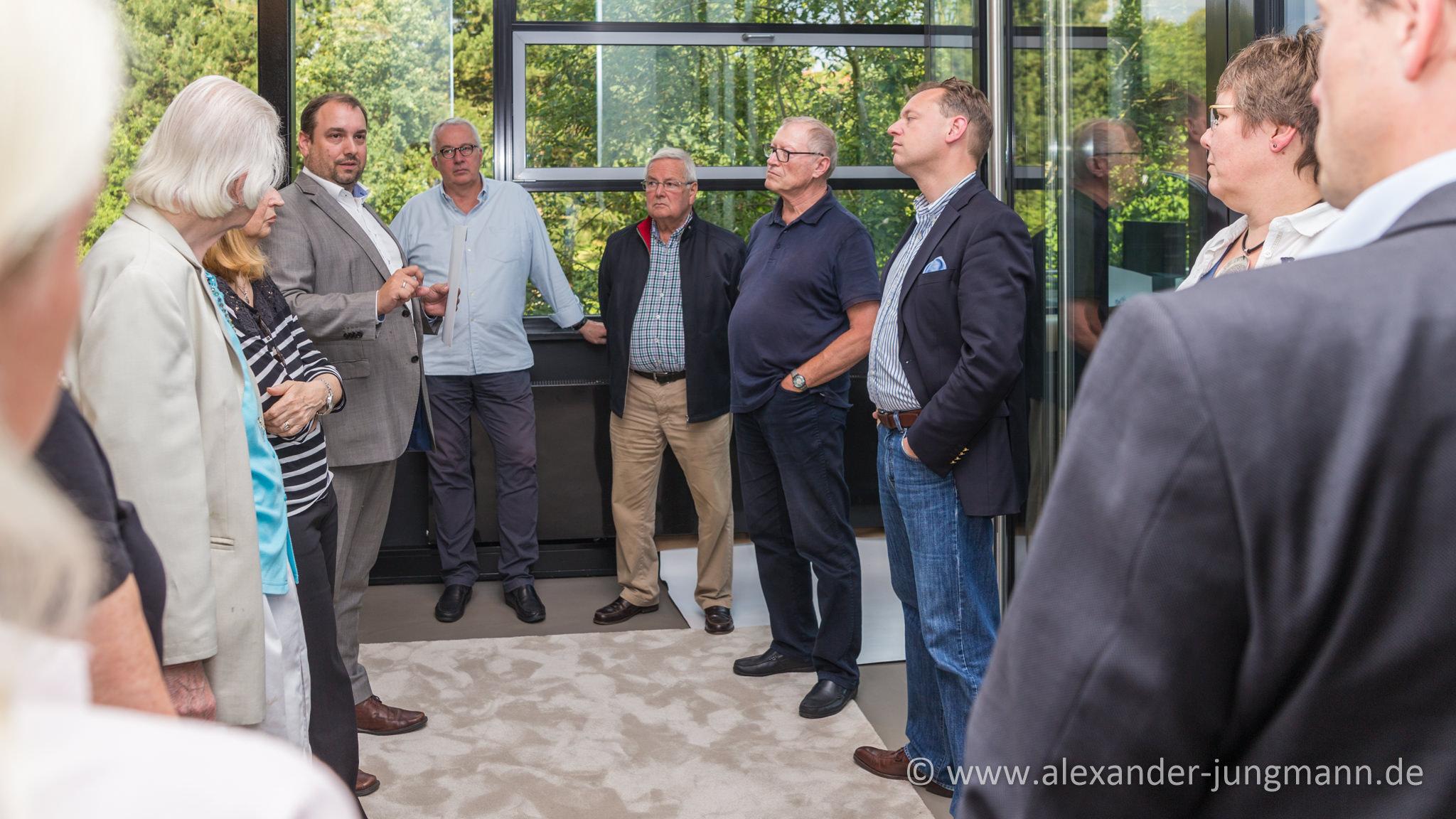 Hans Jörg Stapff (Niederlassungsleiter), links im Bild mit grauem Anzug, begrüßt seine Gäste.