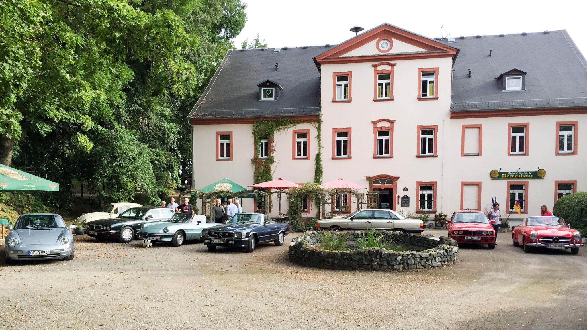 Herrenhaus Markersdorf mit Oldtimeraufstellung