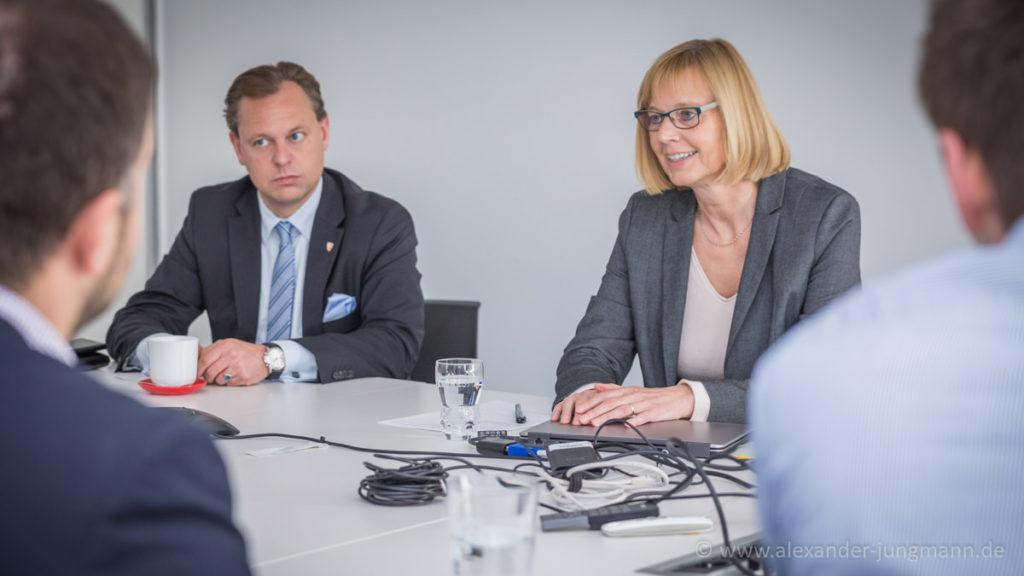DuPont-Geschäftsführerin Marion Weigand (rechts im Bild) bei Ihrem Vortrag.