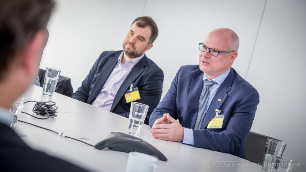 FDP-Bundestagskandidat für Stadt und Kreis Offenbach, Karl-Richard Krüger, im Gespräch mit der DuPont-Geschäftsführerin.