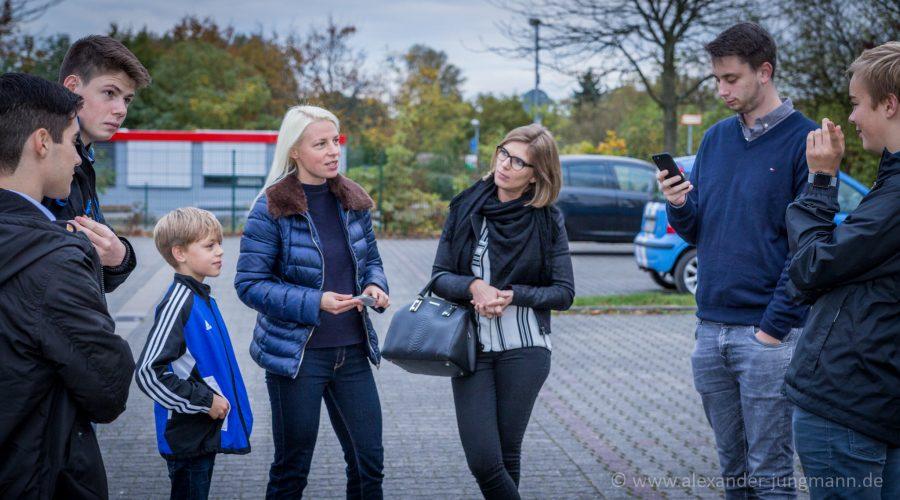 Susann Guber zusammen mit interessierten Jugendlichen im Neubaugebiet Birkengewann.