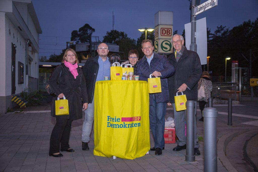 Engagierte Wahlkampftruppe vor dem Neu-Isenburger Bahnhof.
