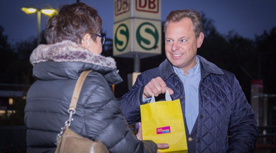 Thilo Seipel, beim Aushändigen einer liberalen Frühstückstüte.