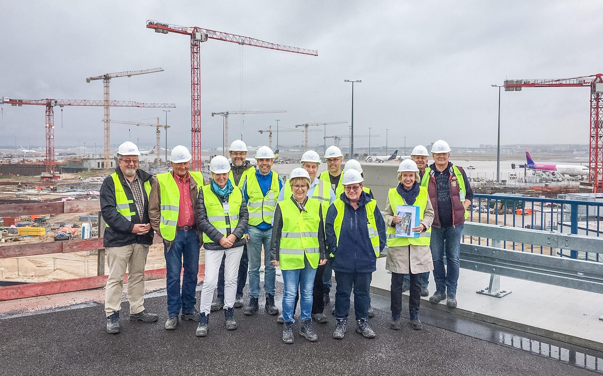 Besuchergruppe auf der Großbaustelle für das Terminal 3 am Frankfurter Flughafen.