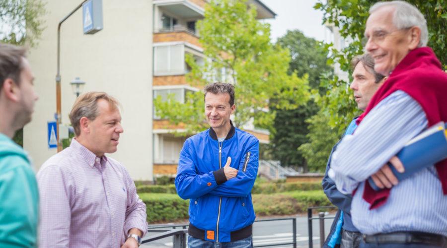 Mitglieder des FDP-Ortsverbandes bei der Ortsbegehung in Gravenbruch.