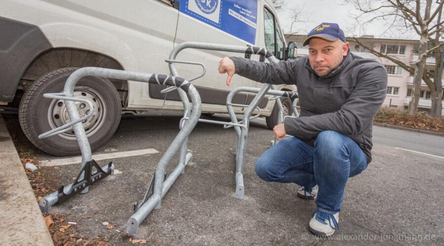 FDP-Ortstelverbandsvorsitzende, Alexander Jungmann, vor der kritisierten Fahrradabstellanlage.